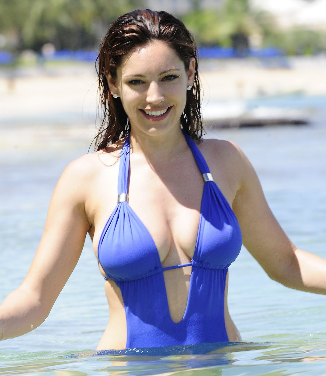 Kelly Brook in Patterned Bikini on the beach in Thailand Pic 8 of 35